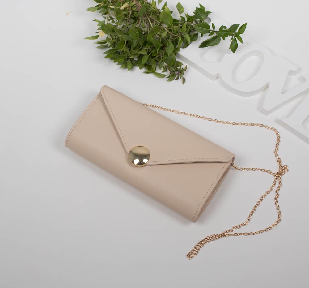 fd71b6ec36 Τσάντα φάκελος μπεζ με αλυσίδα